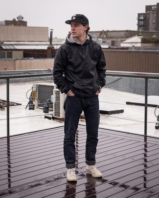 Come indossare e abbinare una felpa con cappuccio grigia: Indossa una felpa con cappuccio grigia e jeans neri per vestirti casual. Per distinguerti dagli altri, scegli un paio di sneakers alte di tela beige come calzature.