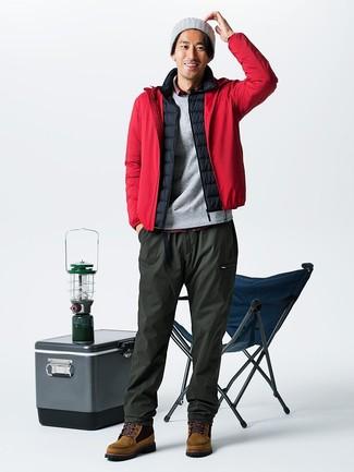 Come indossare e abbinare: giacca a vento rossa, gilet nero, camicia a maniche lunghe scozzese rossa, pantaloni sportivi verde oliva