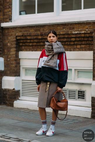 Come indossare: giacca a vento bianca e rossa e blu scuro, gonna longuette a quadri marrone, sneakers basse in pelle bianche, borsa shopping in pelle terracotta