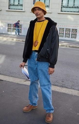 Come indossare e abbinare un maglione girocollo senape: Potresti indossare un maglione girocollo senape e jeans azzurri per un look raffinato per il tempo libero. Per un look più rilassato, mettiti un paio di stivali da lavoro in pelle marroni.