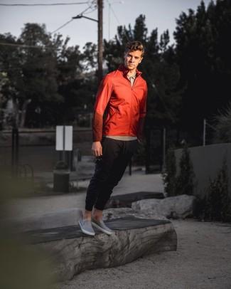 Come indossare e abbinare: giacca a vento rossa, polo grigio, pantaloni sportivi neri, sneakers senza lacci in pelle grigie