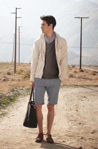Trend da uomo 2020: Vestiti con una giacca a vento beige e pantaloncini grigi per vestirti casual. Scegli un paio di chukka in pelle scamosciata marroni per dare un tocco classico al completo.