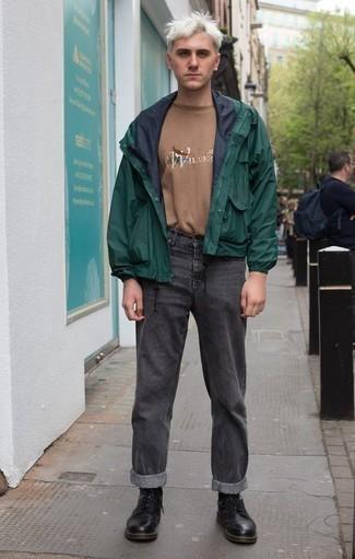 Come indossare e abbinare una t-shirt girocollo stampata marrone chiaro: Vestiti con una t-shirt girocollo stampata marrone chiaro e jeans grigio scuro per un outfit rilassato ma alla moda. Calza un paio di stivali casual in pelle neri per dare un tocco classico al completo.