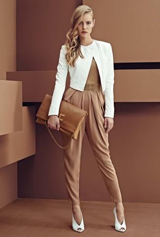 6300e78baa1a60 ... Look alla moda per donna: Giacca aperta in pelle bianca, Tuta marrone  chiaro,