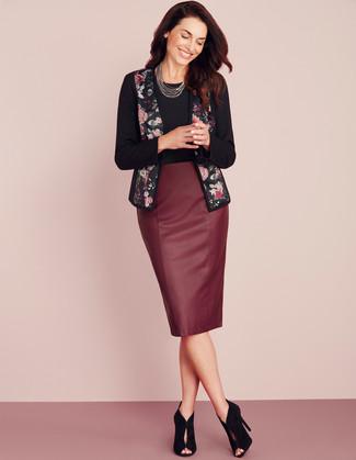 Moda donna anni 40: Questo abbinamento di una giacca aperta a fiori nera e una gonna a tubino in pelle bordeaux attira l'attenzione per le ragioni giuste. Questo outfit si abbina perfettamente a un paio di stivaletti in pelle scamosciata tagliati neri.