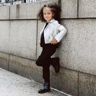 Come indossare e abbinare: giacca in pelle argento, t-shirt nera, pantaloni neri, stivali neri
