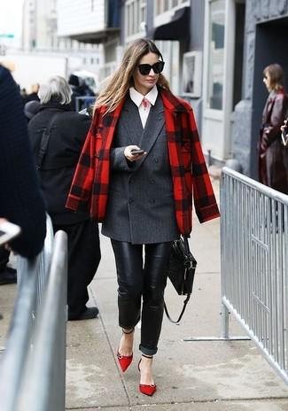 Come indossare: giacca scozzese rossa e nera, blazer doppiopetto grigio scuro, camicia elegante bianca, jeans aderenti in pelle neri