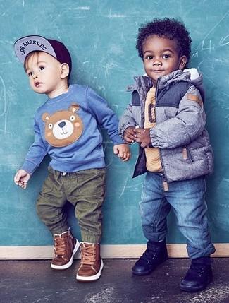 Come indossare e abbinare: giacca blu, maglione marrone chiaro, jeans blu, sneakers nere