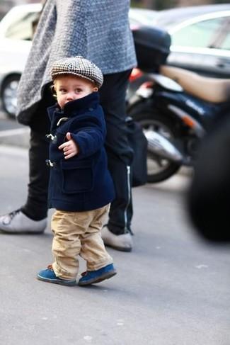 Come indossare: giacca blu scuro, pantaloni marrone chiaro, stivali blu
