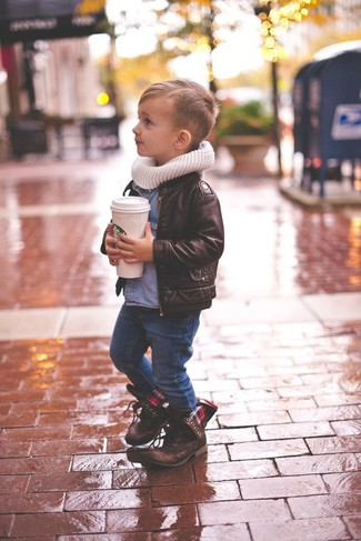 Come indossare e abbinare: giacca in pelle marrone scuro, camicia a maniche lunghe di jeans blu, jeans blu scuro, stivali marrone scuro