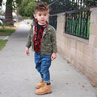 Come indossare e abbinare: giacca verde oliva, camicia a maniche lunghe rossa, t-shirt nera, jeans blu