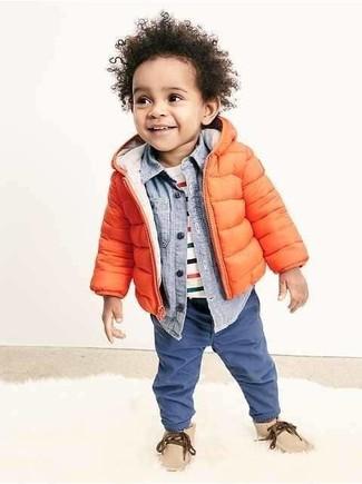 Come indossare: giacca arancione, camicia a maniche lunghe azzurra, t-shirt a righe orizzontali bianca, jeans blu