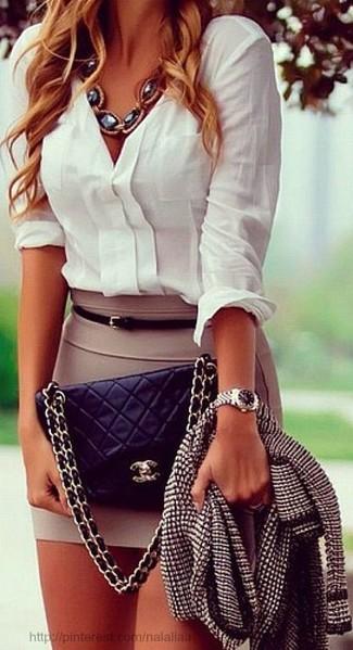 Abbina una giacca di tweed nera e bianca con una minigonna marrone chiaro per un look spensierato e alla moda.