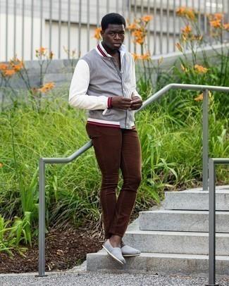 Come indossare e abbinare una camicia a maniche corte bianca: Indossa una camicia a maniche corte bianca con jeans marroni per un outfit comodo ma studiato con cura. Espadrillas di tela grigie sono una valida scelta per completare il look.