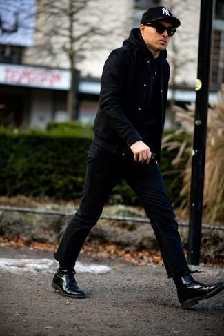 Come indossare e abbinare una giacca college nera: Abbina una giacca college nera con jeans neri per un look semplice, da indossare ogni giorno. Scegli un paio di stivali eleganti in pelle neri per dare un tocco classico al completo.