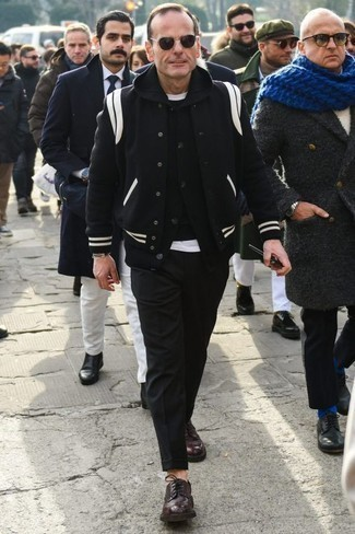 Come indossare e abbinare una giacca college nera: Mostra il tuo stile in una giacca college nera con chino neri per vestirti casual. Scegli uno stile classico per le calzature e mettiti un paio di scarpe derby in pelle bordeaux.