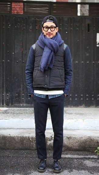 Come indossare e abbinare una camicia a maniche lunghe scozzese blu scuro: Prova a combinare una camicia a maniche lunghe scozzese blu scuro con chino blu scuro per un pranzo domenicale con gli amici. Scegli uno stile classico per le calzature e indossa un paio di scarpe derby in pelle blu scuro.