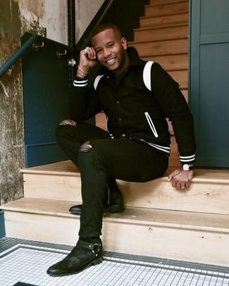 Come indossare e abbinare jeans aderenti strappati neri: Potresti abbinare una giacca college nera e bianca con jeans aderenti strappati neri per un look comfy-casual. Scegli uno stile classico per le calzature e opta per un paio di stivali chelsea in pelle scamosciata neri.