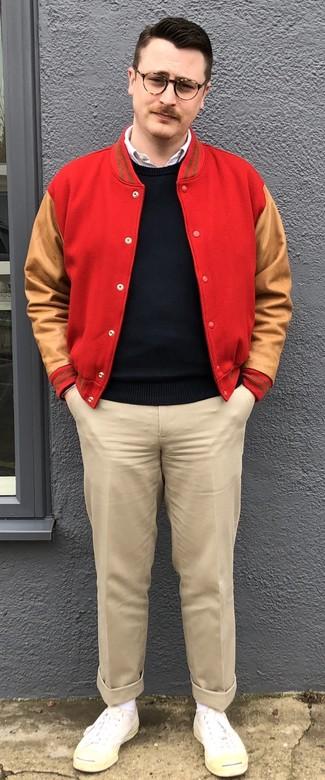 Come indossare e abbinare: giacca college rossa, maglione girocollo nero, camicia a maniche lunghe bianca, chino beige