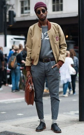 Come indossare e abbinare una cintura in pelle marrone scuro: Coniuga una giacca college marrone chiaro con una cintura in pelle marrone scuro per un outfit rilassato ma alla moda. Aggiungi un paio di scarpe oxford in pelle nere al tuo look per migliorare all'istante il tuo stile.