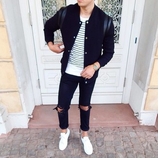 Come indossare e abbinare una giacca college nera: Scegli una giacca college nera e jeans strappati neri per un look perfetto per il weekend. Scegli uno stile classico per le calzature e calza un paio di sneakers basse bianche.