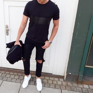 Come indossare e abbinare una giacca college nera: Se desideri un look adatto per una gionata di relax, non cercare oltre: scegli questa combinazione di una giacca college nera e jeans strappati neri. Sneakers basse bianche impreziosiranno all'istante anche il look più trasandato.