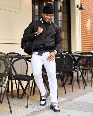 Come indossare e abbinare una berretto nera: Potresti abbinare una giacca college nera con una berretto nera per un look perfetto per il weekend. Mettiti un paio di mocassini eleganti in pelle neri e bianchi per dare un tocco classico al completo.