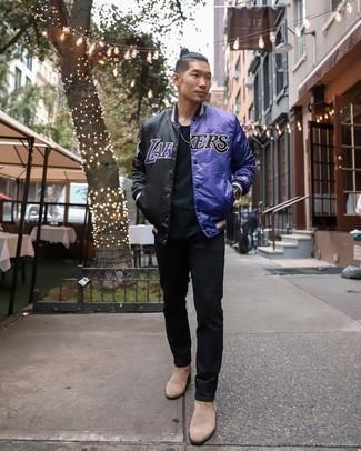 Come indossare e abbinare jeans neri: Prova a combinare una giacca college stampata nera con jeans neri per un fantastico look da sfoggiare nel weekend. Sfodera il gusto per le calzature di lusso e opta per un paio di stivali chelsea in pelle scamosciata beige.