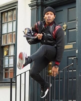 Come indossare e abbinare una berretto nera: Potresti abbinare una giacca college nera con una berretto nera per una sensazione di semplicità e spensieratezza. Calza un paio di sneakers alte in pelle scamosciata nere per dare un tocco classico al completo.