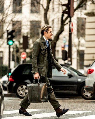Come indossare e abbinare una cravatta stampata azzurra: Abbina una giacca da campo verde scuro con una cravatta stampata azzurra come un vero gentiluomo. Abbellisci questo completo con un paio di mocassini con nappine in pelle scamosciata blu scuro.