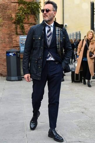 Come indossare e abbinare scarpe derby in pelle nere: Scegli un outfit composto da una giacca da campo blu scuro e un abito a righe verticali blu scuro per creare un look smart casual. Impreziosisci il tuo outfit con un paio di scarpe derby in pelle nere.