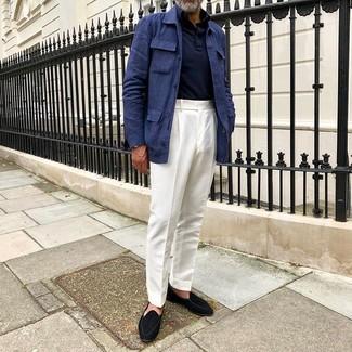 Come indossare e abbinare pantaloni eleganti bianchi: Mostra il tuo stile in una giacca da campo di lino blu scuro con pantaloni eleganti bianchi per essere sofisticato e di classe. Completa questo look con un paio di mocassini eleganti in pelle scamosciata neri.