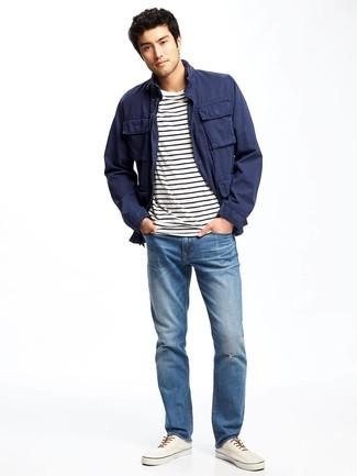 Come indossare e abbinare scarpe da ginnastica di tela bianche: Indossa una giacca da campo blu scuro e jeans blu per affrontare con facilità la tua giornata. Completa questo look con un paio di scarpe da ginnastica di tela bianche.