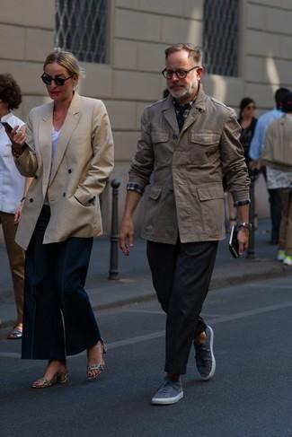 Come indossare: giacca da campo marrone, camicia a maniche lunghe scozzese bianca e rossa e blu scuro, chino neri, sneakers basse grigie