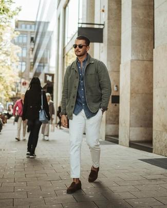 Come indossare e abbinare: giacca da campo verde oliva, camicia a maniche lunghe in chambray blu scuro, chino bianchi, mocassini eleganti in pelle scamosciata marrone scuro