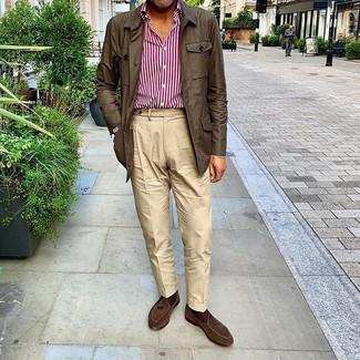 Come indossare e abbinare: giacca da campo marrone scuro, camicia a maniche lunghe a righe verticali bianca e rossa, chino beige, mocassini con nappine in pelle scamosciata marrone scuro