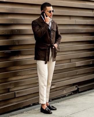 Come indossare e abbinare: giacca da campo di lino marrone scuro, camicia a maniche lunghe bianca, pantaloni eleganti di lino beige, mocassini con nappine in pelle neri