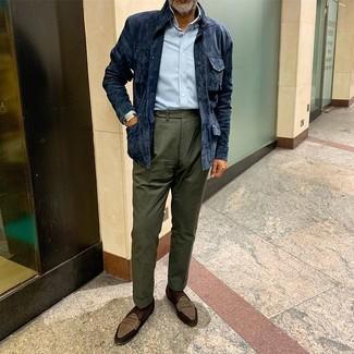 Come indossare e abbinare: giacca da campo in pelle scamosciata blu scuro, camicia a maniche lunghe azzurra, pantaloni eleganti verde scuro, mocassini eleganti in pelle scamosciata marroni
