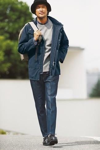 Come indossare e abbinare una camicia di jeans blu scuro: Scegli un outfit composto da una camicia di jeans blu scuro e chino blu scuro per un look raffinato per il tempo libero. Chukka in pelle nere sono una valida scelta per completare il look.