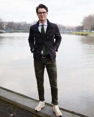 Come indossare e abbinare: giacca da campo nera, camicia elegante bianca, chino mimetici verde scuro, sneakers basse beige