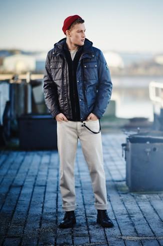 Come indossare e abbinare: giacca da campo blu scuro, cardigan con zip blu scuro, t-shirt girocollo bianca, jeans beige