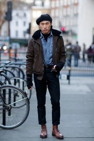 Come indossare e abbinare un dolcevita nero: Questa combinazione di un dolcevita nero e chino neri è perfetta per il tempo libero. Perché non aggiungere un paio di stivali casual in pelle marroni per un tocco di stile in più?