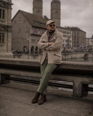 Trend da uomo 2021: Mostra il tuo stile in una giacca da campo beige con chino verde oliva per un outfit comodo ma studiato con cura. Per le calzature, scegli lo stile classico con un paio di stivali casual in pelle scamosciata marrone scuro.