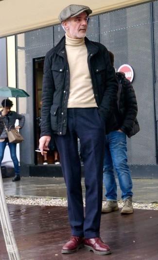 Come indossare e abbinare un dolcevita beige: Coniuga un dolcevita beige con pantaloni eleganti blu scuro per un look elegante e alla moda. Per un look più rilassato, prova con un paio di stivali casual in pelle bordeaux.