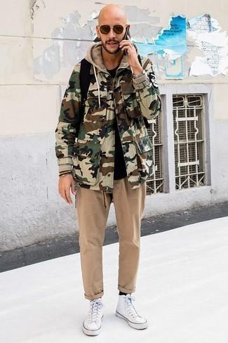 Come indossare e abbinare calzini neri: Prova a combinare una giacca da campo mimetica verde oliva con calzini neri per un'atmosfera casual-cool. Calza un paio di sneakers alte di tela bianche per dare un tocco classico al completo.