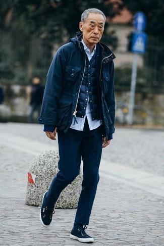Trend da uomo 2020: Combina una giacca da campo blu scuro con pantaloni eleganti blu scuro per una silhouette classica e raffinata Per un look più rilassato, scegli un paio di sneakers basse di tela blu scuro come calzature.