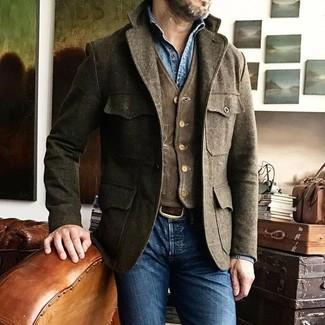 Come indossare e abbinare: giacca da campo di lana marrone, gilet di velluto a coste marrone scuro, camicia di jeans blu, jeans aderenti blu