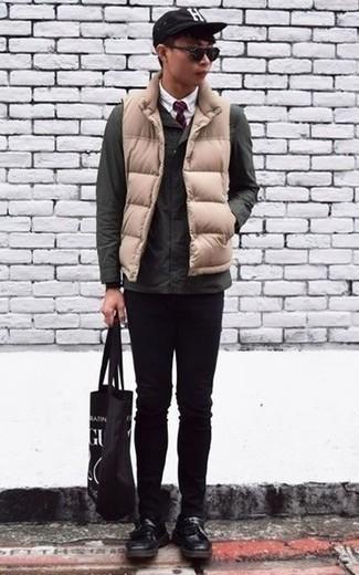 Come indossare e abbinare una cravatta a righe orizzontali rossa: Coniuga una giacca da campo verde scuro con una cravatta a righe orizzontali rossa per una silhouette classica e raffinata Opta per un paio di mocassini con nappine in pelle neri per dare un tocco classico al completo.