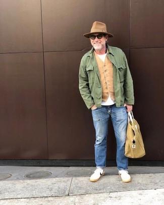 Come indossare: giacca da campo verde, gilet marrone chiaro, t-shirt girocollo bianca, jeans strappati blu