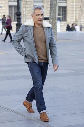 Come indossare e abbinare: giacca da campo di lana grigia, maglione girocollo marrone, jeans blu scuro, scarpe derby in pelle scamosciata marroni